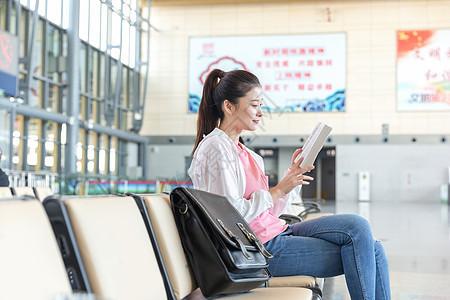 青年女性休息区等待高铁图片