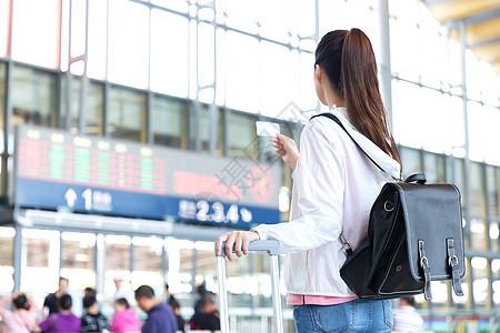 高铁候客大厅等待的女性背影图片