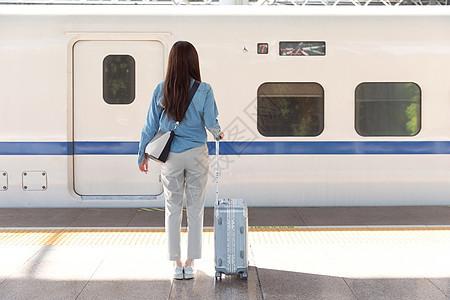 女性乘坐高铁背影图片