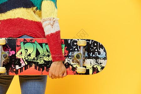 潮流滑板美女背影图片