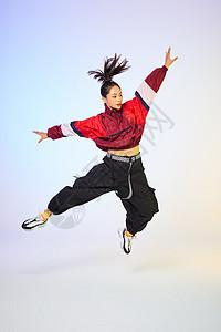 活力街舞女生跳跃动作图片