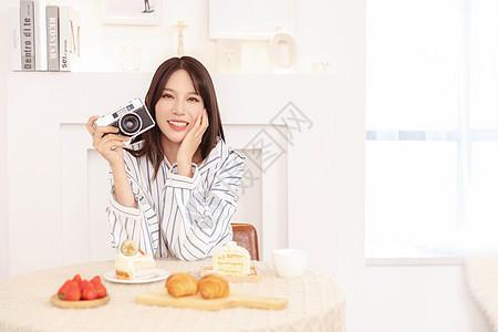 居家女性拍照图片