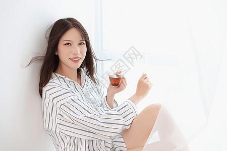 居家女性喝红茶图片