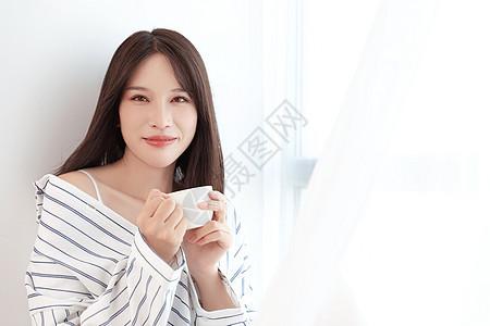 居家女性喝咖啡图片