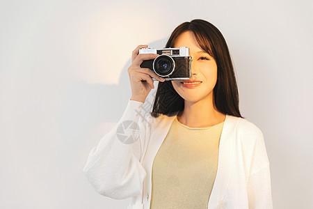 居家女性手拿相机图片