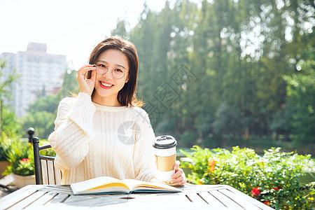 喝咖啡的女大学生图片