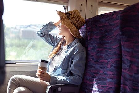 青年女性坐在高铁上看风景图片