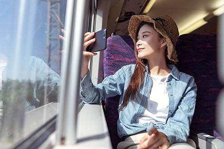 青年女性拿手机拍照图片