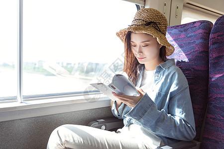 青年女性在座位上看书图片