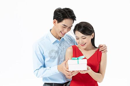 丈夫给妻子购买礼物图片