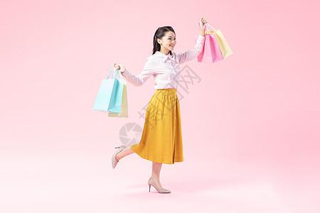 青年女性购物开心图片