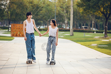 情侣户外玩滑板图片