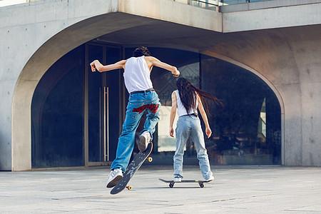 户外玩滑板背影图片