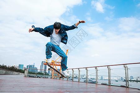 玩滑板的男性形象 图片