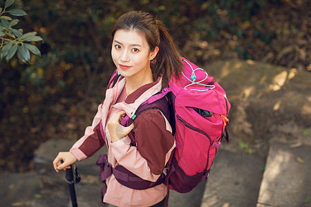 女生户外徒步登山形象图片
