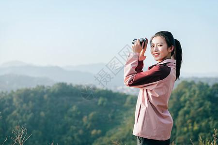 青年女性山顶拍照 图片