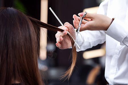 理发师拿剪刀理发特写图片
