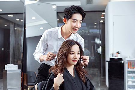 发型师给顾客打理头发图片