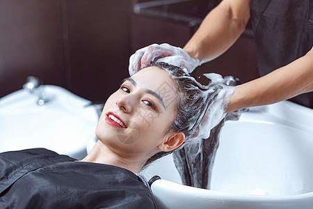理发师给顾客洗头图片