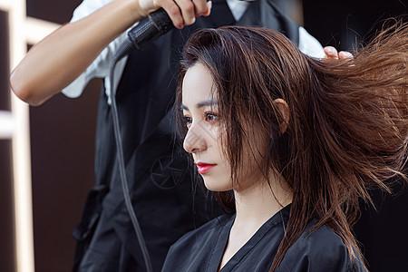发型师给顾客吹头发图片