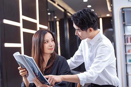 顾客咨询发型师图片