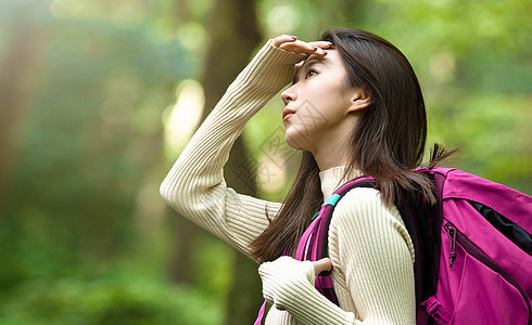 户外森林旅游探险美女背包客看向远方图片