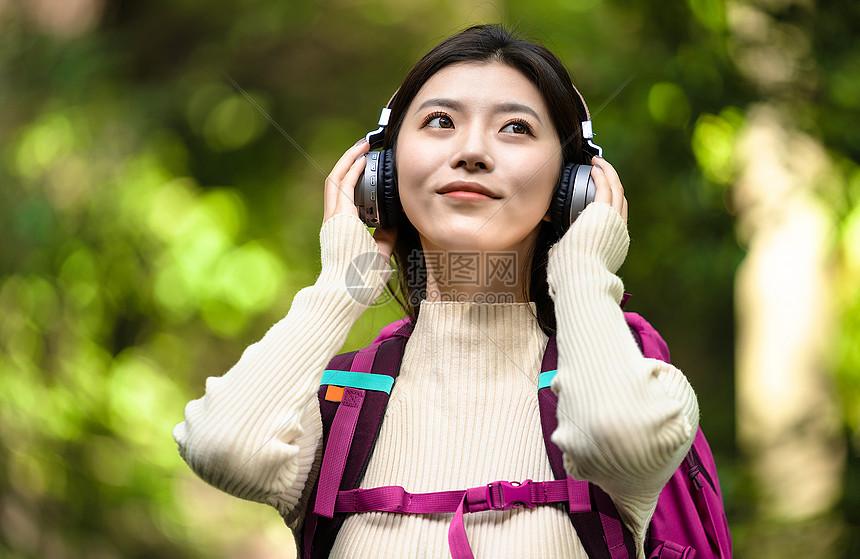 户外旅游美女听音乐图片