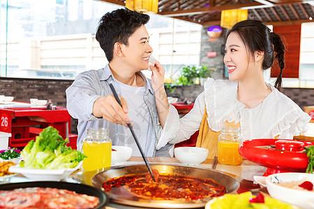 情侣吃火锅帮忙擦汗图片