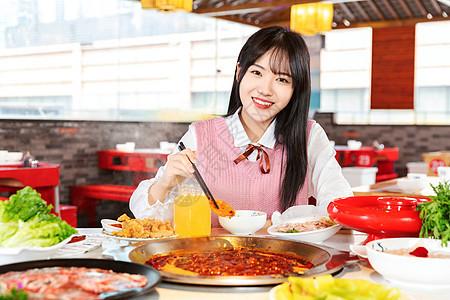 青年女性吃火锅图片