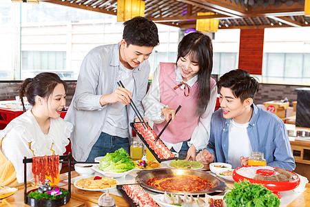 青年聚会吃火锅涮肉图片
