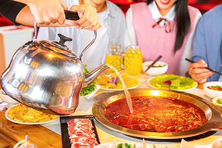 青年聚会吃火锅加汤图片