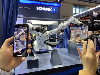 上海进博会会开车的机器人代驾【媒体用图】(仅限媒体用图使用,不可用于商业用途)图片