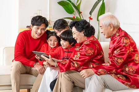 新年春节一家人和远方亲戚视频通话图片