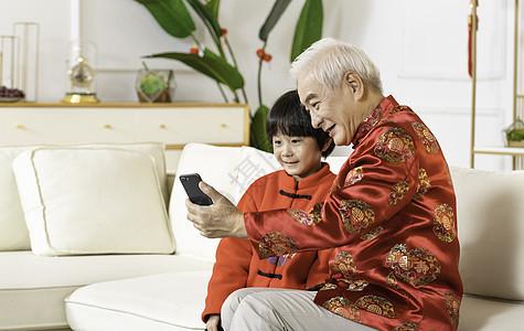 新年春节爷爷带孩子视频通话图片