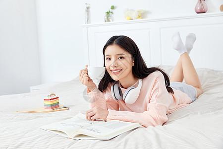 居家女性阅读图片