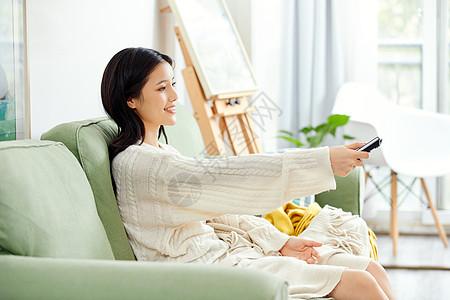美女居家看电视图片