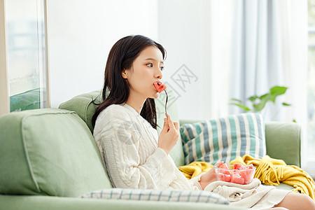 居家美女吃水果图片