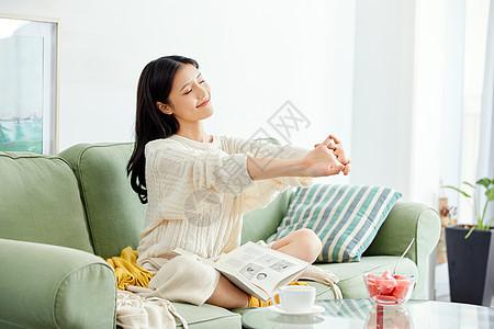 居家美女看书休息图片