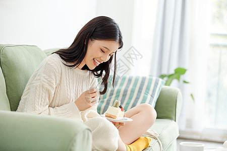 居家美女吃甜点图片