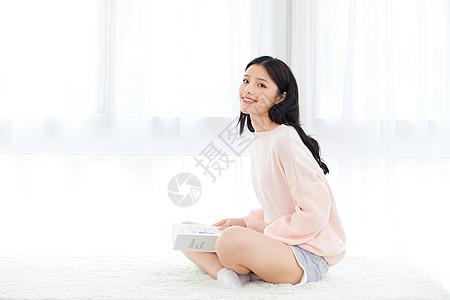 居家美女坐在飘窗看书图片