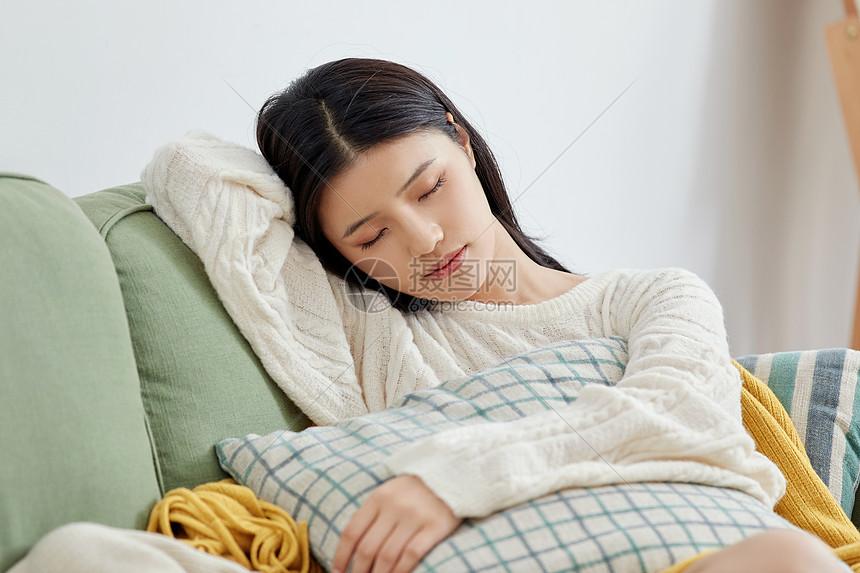 居家美女坐沙发睡觉休息图片