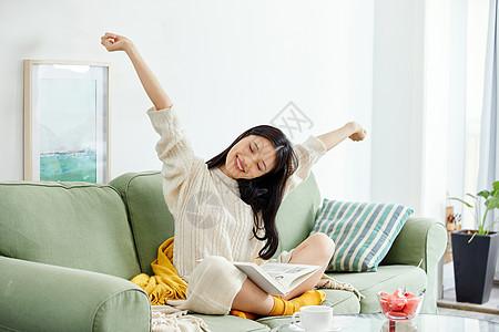 年轻美女看书休息伸懒腰图片