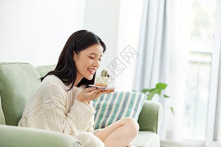 居家美女吃蛋糕图片