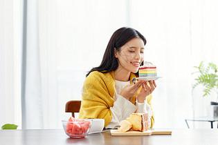 居家美女吃早餐图片