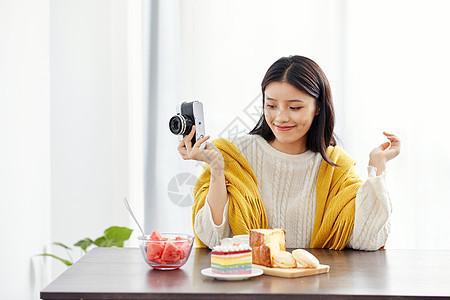 居家美女拿相机拍照图片