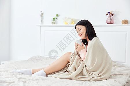 居家女性喝热水图片