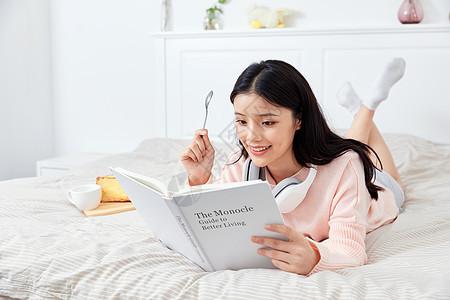 居家美女阅读喝咖啡图片