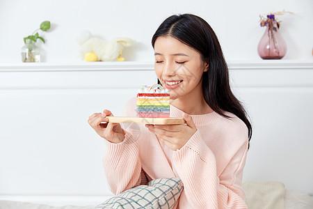 居家美女坐在床上吃蛋糕图片