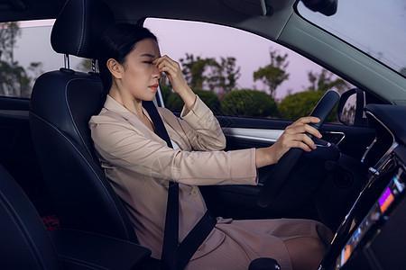 女性司机疲劳驾驶图片