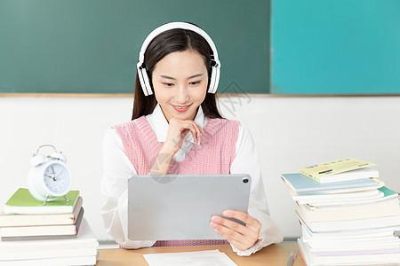 青年女性考研外语听力学习图片